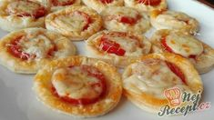 Fantastické jednohubky s klobásou a bohatou hromádkou sýra | NejRecept.cz Snacks Für Party, Appetizers For Party, World Recipes, Dip Recipes, Bolognese Pasta Bake, Antipasto Skewers, Cowboy Caviar, Food Porn, Pizza Muffins