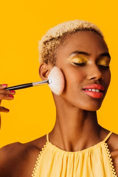 What Is Banana Powder? It's a Huge 2020 Makeup Trend Ben Nye Luxury Powder, Banana Powder, Translucent Powder, Dark Skin Tone, Natural Looks, Makeup Trends, Makeup Products, Makeup Yourself, Maybelline