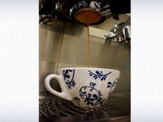 Amuleto da sorte, trófeu ou o xodó. O nome não importa, já que a caneca representa uma imensa paixão pelo café. Conheça mais sobre a porcelana da barista Celília Sanada.