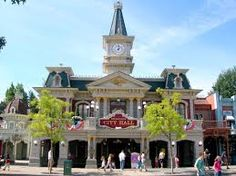 Le City Hal est un imposant bâtiment meublé d'antiquités et doté d'un comptoir d'accueil en marbre et est le principal centre d'information du parc Disneyland Paris. Vous pourrez y consulter le programme des spectacles, les horaires des visites guidées et obtiendrez tous les renseignements pratiques qui pourront vous aider durant votre visite...
