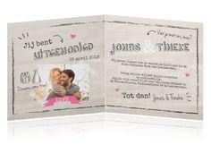 Hippe trouwkaart met foto, vrolijke typografie en illustraties