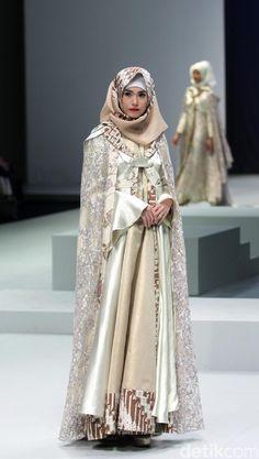 Foto: Koleksi Errin Ugaru di Indonesia Fashion Week 2017 Fashion Muslimah, Modest Fashion, Hijab Fashion, Fashion Show, Fashion Dresses, Fashion Design, Indonesia Fashion Week, Jakarta Fashion Week, Hijab Gown