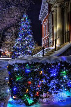 beautiful christmas lights on houses - New Year Outside Christmas Decorations, Christmas Scenery, Christmas House Lights, Noel Christmas, Merry Little Christmas, Outdoor Christmas, Christmas Pictures, Winter Christmas, Christmas Houses