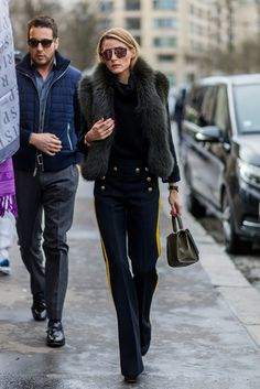 Olivia Palermo  Olivia en París, lleva sweater de Iris von Arnim, pantalones con raya de Joseph, bolsito de Elie Saab y gafas de sol de Westward Leaning.