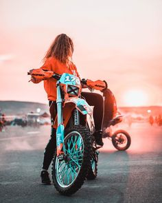 Womens Dirt Bike Gear, Dirt Bike Girl, Dirt Bikes For Sale, Cool Dirt Bikes, Motocross Girls, Girl Dirtbike, Fille Et Dirt Bike, Triumph Motorcycles, Kawasaki Dirt Bikes