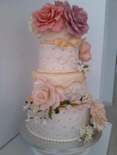 tarta nupcial de chocolate y dulce de leche, decorada con rosas de pasta de goma