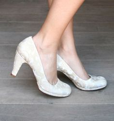 Chie Mihara wedding shoes: Off-white colour, soft leather lining, rounded toe shape. Ships to Germany for 224€. Also on zalando.de.