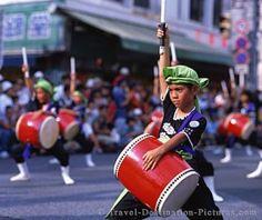 Okinawa celebra cada año su festival Eisa el 24 de agosto. Este festival se extiende por todas las islas que forman el archipiélago de Okinawa.