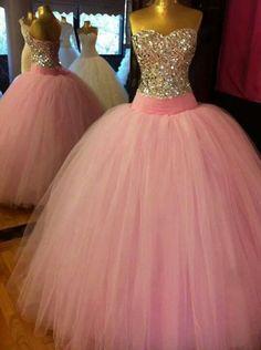 vestido rosa claro, con un corset tapizado de pedrería, con una breve cintilla en la cintura, de un escote corazón !!