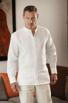 Guayabera cuello mao, alforzada y bordada al frente. Disponible en color blanco, negro y cielo. White Outfit For Men, White Outfits, Beach Wedding Groom Attire, Wedding Suits, Camisa Medieval, Guayabera Wedding, Mens Linen Outfits, Mens Wedding Shirts, Guayabera Shirt