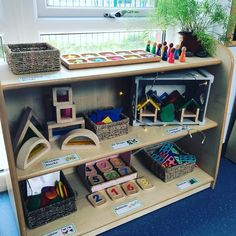 I love a good Loose Part/Atelier shelf! It calls the children to come create! Ericka, from Rosa Parks ECEC has her shelves stocked with such inviting materials! ⤵️ What Loose Parts on filling up your Atelier shelves? Eyfs Classroom, Classroom Layout, Classroom Setting, Classroom Design, Preschool Layout, Preschool Centers, Learning Centers, Waldorf Preschool, Furniture