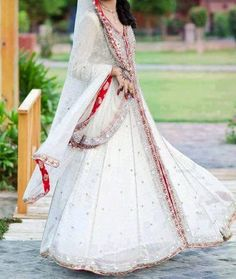 White and red Hindi outfit Indian Bridal Couture, Indian Bridal Outfits, Indian Bridal Fashion, Pakistani Bridal Dresses, Indian Dresses, Pakistan Bride, Hijab Wedding Dresses, Dress Wedding, Wedding Cake