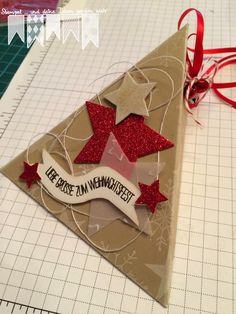 Heute gibt es die Anleitung für die Dreiecksbox in Savanne.         Ihr benötigt ein Stück Tonkarton in der Größe 11 cm x 22 cm.         In...