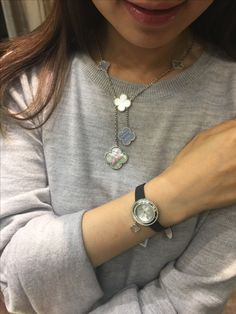 Van Cleef & Aepels magic Alhambra necklace with charms mini watch (white gold) Van Cleef And Arpels Jewelry, Van Cleef Arpels, Jewelry Model, Body Jewelry, Van Cleef Alhambra, Four Leaf Clover Necklace, Jewelry Editorial, Necklaces, Bracelets