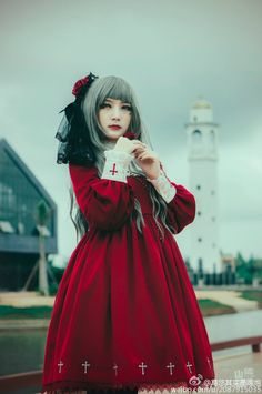 Gothic Lolita in gorgeous red rather than the traditional black