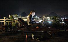Majestic Halong Cruise [Halong Bay, Vietnã] Acaba de surgir uma nova categoria de #escritoriododia: ade lugares espetaculares para se trabalhar. Imagine a cena: você no deck superior de um barco de madeira inspirado nas antigas embarcações chinesas (conhecido por junk), ancoradono meio das (cerca de) 1.600 ilhas quesãopatrimônio mundial daUnesco. Como companhia, tem a brisaContinue Lendo