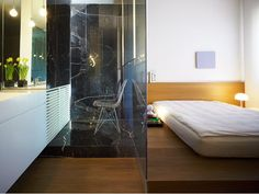 Bad Und Schlafzimmer Mit Glaswand Getrennt