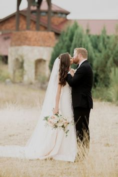 What a stunning veil | Sacred Oaks | Whim Floral | Whim Rentals | Captivating Weddings