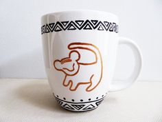"Simba ""Hakuna Matata"" Coffee Mug inspired by the Disney movie The Lion King par MenagerieMagique sur Etsy https://www.etsy.com/fr/listing/224299564/simba-hakuna-matata-coffee-mug-inspired"