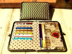 がま口の口金・型紙の専門店「横浜Labo-ハマラボ」のがま口カードケース&通帳ケースの型紙&レシピ【17.7cm(足長)/角型用】のページです。 Fabric Purses, Fabric Bags, My Bags, Purses And Bags, Sew Wallet, Frame Purse, Embroidered Bag, Craft Bags, Sewing Dolls