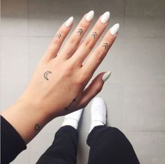 arrows moon and heart hand tattoos, small tattoos for men, woman wearing white nail polish, white sneakers - Tattoo Hand Tattoos, Cute Finger Tattoos, Cute Tattoos, Henna Tattoo Designs, Diy Tattoo, Small Tattoo Designs, Small Tattoos Men, Tattoo Mond, Manos Tattoo