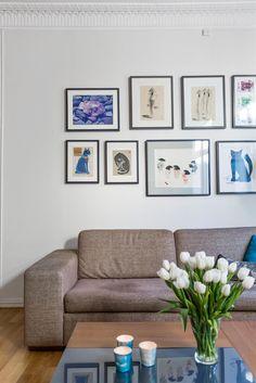 Picture arrangement in living room