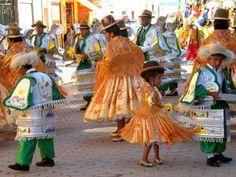 """El desfile comenzo. Niños y adultos familiares e integrantes del grupo """"Volantes de la Empresa 6 de Agosto"""" en Copacabana-Bolivia"""