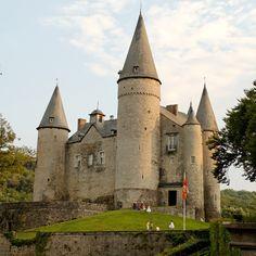 Feudo de Pépin de Herstal en el s. VIII; fortaleza de los señores de Beaufort en 1410 (quienes mandarían reconstruirlo en 1410), y finalmente residencia de los condes de Liedekerke Beaufort. (Dinant)