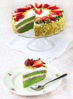 Kena rohelise spinatibiskviidi, maasikate ja vahukoore-jogurtikreemiga tort. Tort on gluteenivaba (riisijahuga).