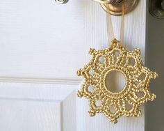 """Such a pretty little crochet idea for decorating doorknobs and drawer pulls!         ♪ ♪ ... #inspiration #diy GB http://www.pinterest.com/gigibrazil/boards/"