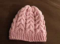 Bonnet torsades bébé 3-6 mois aiguilles N°4 et 5. Voici mon premier bonnet fait aux aiguilles circulaires et en plus il est trop mignon !!! Vous pouvez tout aussi bien le tricoter avec des aiguilles droites. Fournitures : - 1 pelote de laine Royale de...