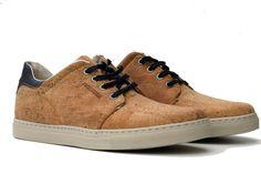 Das Basismaterial dieser Schuhe ist nachwachsender Kork aus Portugal. Kork zeichnet sich neben seiner Umweltfreundlichkeit durch gute Materialeigenschaften aus (wasserabweisend, elastisch und angenehm zu tragen).