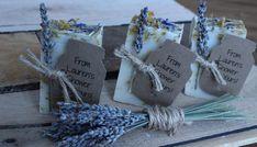 Imagínese caminando por un jardín de lavanda hermoso en todo color y la floración. Una vez que huele a nuestro jabón de lavanda-caléndula usted será transportado allí! Cada jabón es el método de frío procesados, los aceites vegetales naturales se infunden con las flores de caléndula para la piel calmante propiedades, perfumados con aceite esencial de lavanda que huele a ramitas de lavanda en flor. Botanicals naturales espolvoreado en la parte superior como lavanda, pétalos de cónica azul y…