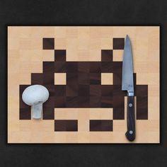 """Ein Geschenk mit Pfiff für Geeks, Space invaders, Pilzfreunde, Libellenforscher oder einfach Leute, die gerne ein originelles, solides Brett in der Küche haben.   Das 'Bitboard' können Sie auch individuell gestalten. Die dunklen und hellen Holzquadrate werden """"Bit für Bit"""" nach ihrem Wunsch angeordnet.     Mehr über den Designer erfahren Sie auf unserer Pinterest Board """"Faircustomer Händlerinnen und Händler""""  http://www.faircustomer.ch/bitboard_nr_9_space_invaders"""