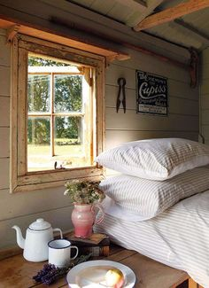 Rustic Cabin Decor: like the shelf above the window! ( for the sleep hut-aka- hot tub house) Futons, My Ideal Home, Cabins And Cottages, Home Bedroom, Bedrooms, Bedroom Wall, Farm Bedroom, Bedroom Photos, Bedroom Decor