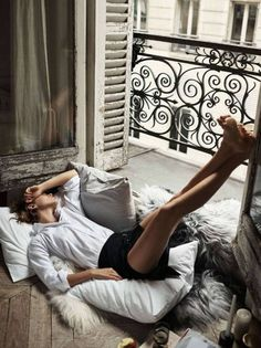 Arizona Muse Poses For 'Early In The Morning' By Steven Pan For Elle France Aug. 2016 — Anne of Carversville Foto Face, Urban Lifestyle, Lifestyle Fashion, Arizona Muse, Little Paris, Relax, Longsleeve, Pose Reference, Foto E Video