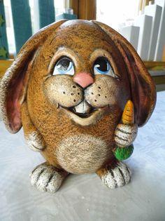 Der Hase ist aus gebranntem Ton und witterungsbeständig, er ist ca 17cm hoch. Bemalt wurde der Hase mit Acrylfarben und mit Lack versiegelt.