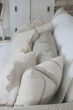 Best Ideas For Farmhouse Cottage Style Living Room Pillows Living Room Pillows, My Living Room, Couch Pillows, Throw Pillows, Vibeke Design, Best Decor, French Country Living Room, Farmhouse Chic, Farmhouse Sofas