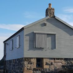 Withstand the test of time! 🌊⛵ These photos of a house by Cullen Harbor, Scotland show how durable our products really are. The house was finished 14 years ago with @osmo_uk Country Color Light Grey 2735!