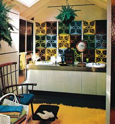 Decorating Around Garish Bathroom Tiles: Bringing Manners to Walls that Talk Too Much 1970s Decor, 70s Home Decor, Vintage Interior Design, Vintage Bathrooms, Vintage Room, Retro Home, Decorating Blogs, Tile Design, House Design