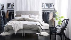 Gezellige slaapkamer met open kledingopberger
