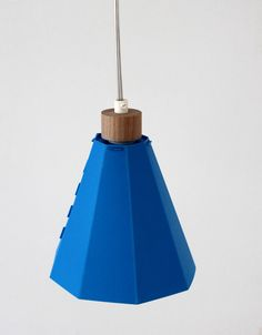 Studio met designs and makes products that are characterized by high quality materials and sober designs with attention to detail. The joinings are often the only decorative items of the products. The design of the Frits lamp is based on an archetypical pendant lamp. The brightly colored lampshades are a pleasant addition to the interior, [...]