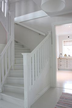 Kundbloggar - Mjöbäcksvillan Small Staircase, White Staircase, Staircase Design, Cottage Stairs, House Stairs, Entry Stairs, Open Stairs, Flooring For Stairs, Cosy Room