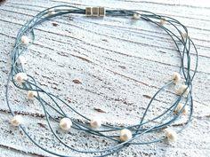 Lederkette in blau mit echten Süßwasserperlen mit einem praktischen zamak Magnet Verschluss von Charme-Charmant 27,00 €