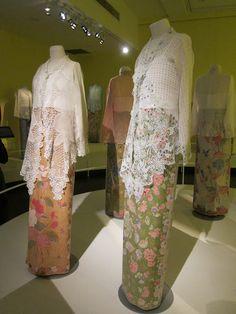 Todd & Liana: The Peranakan Museum Kebaya Lace, Batik Kebaya, Modern Kebaya, Indonesian Kebaya, Kebaya Wedding, Asian Love, Quirky Fashion, Muslim Fashion, Vintage Lace