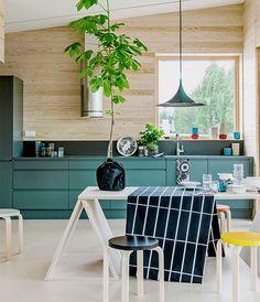 Arkkitehtipariskunta Satu Ratisen ja Markku Sonnisen suunnittelema talo on rakennettu Suomi Design -ideaa toteuttaen. Se on myös näyte taidokkaasta puurakentamisesta.Keittiökaapistojen murrettu vihreä...