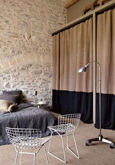 Matières brutes et teintes chaleureuses dans la chambre