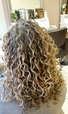 Colored Curly Hair, Curly Hair Cuts, Curly Hair Styles, Natural Hair Styles, Permed Hairstyles, Pretty Hairstyles, Highlights Curly Hair, Mixed Hair, Perms