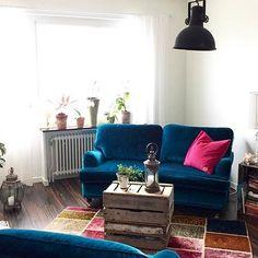 Blå Lejonet howardsoffa 2sits i sammet. Soffa, howard, mässing, hjul, 2-sits, svängd, turkos, möbler, möbel, inredning, vardagsrum.