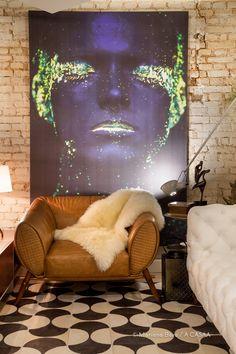 #projetosHAUS Quem entra na Sala de TVA2 na @casacorsc é recepcionado pela linda obra do pernambucano Hid Saib com o Projeto Neon e a Poltrona Sela em couro caramelo do designer @fabricioroncca para a @salvatoredecor.    Juntos criam personalidade com o contrate de cores e desenho inusitado no ambiente.    #Haus #architecture #design #decoração #interiordesign #interiores #instadecor #homedecor #designdeinteriores #arquitectura #archilovers #projeto #decoration #interior #instadesign…